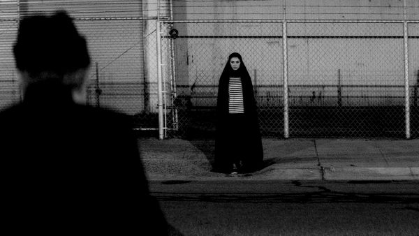 pelicula A Girl Walks Home Alone at Night